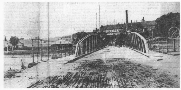 Den gamle Kanalbrua. Den karakteristiske hjulsveiva til høyre. Bryggeriet og de ubebygde bryggerijordene i bakgrunnen. Foto: Vestfold Arbeiderblad 1966.