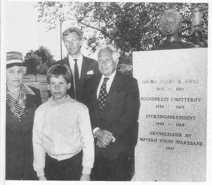 Avdukingen av bysten av Georg Prahl Harbitz. To oldebarn, tippoldebarn og tipp-tippoldebarn.