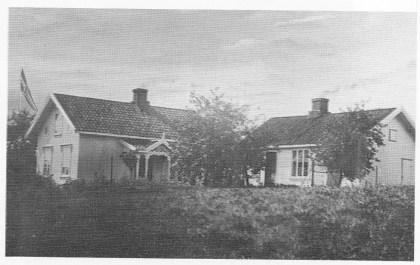 Huset i Luen. Hovedbygningen og bryggerhuset der Marcelius hadde sitt skomakerverksted. Utskjæringene rundt inngangspartiet og vinduene hadde han laget selv. Foto tilhører Lilly Jensen.