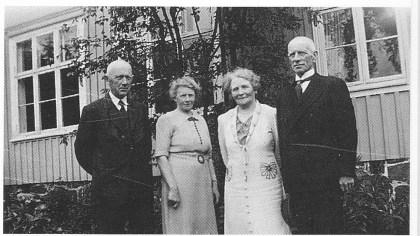 De fire faste lærerne foran Herstad skole ved en skolehistorisk milepel i 1941. Fra v.: Urban Hansen, Alvhild Syse, Anna Henriksen og Mar-kus Andersen. Foto utlånt av Aud Borge.
