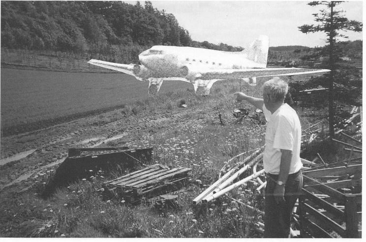 Wilhelm Magnus peker på stedet der det tyske flyet landet. Bildet er en fotomontasje. En DC3-maskin er innmontert og er således en forfalskning, men også en nyttig illustrasjon.