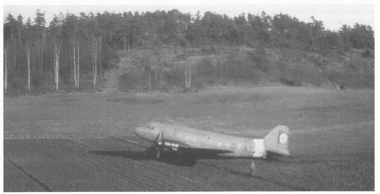 """Robert Varpes """"spionfoto"""" av det nødlandede Lufthansaflyet, en DC 3 med kjennemerker D AT JG. Sammen med Karen Haug Larsens dagboksnotat er bildet det eneste håndfaste bevis på at et fly virkelig landet på Vestre Kjøle."""