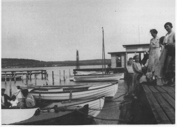 """Båthavna på """"Teglverket"""" hadde engang badehus og bensinpumpe på midtbrygga. (Foto fra Historielagets arkiv.)"""