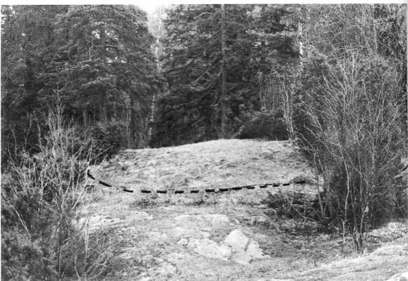 (Fig. 5) Haug 2, med fotkjede av små blokker markert. (Tatt fra haug 1.)