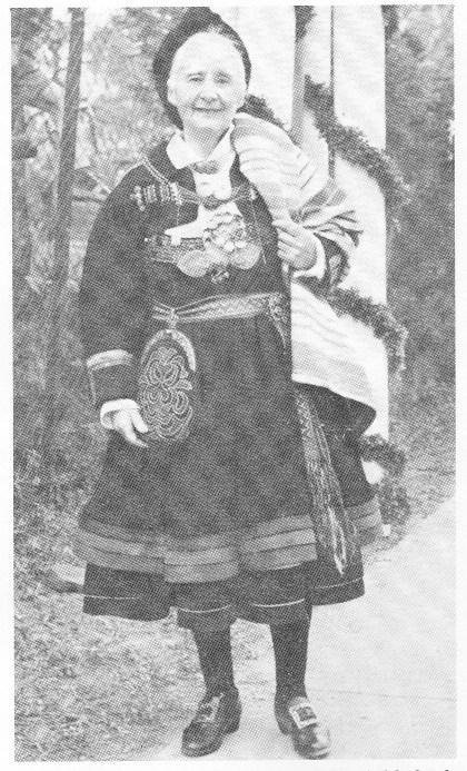 Tilla Valstad på vei til prinsesse Ragnhilds bryllup.