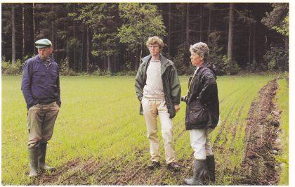 Fra befaringen den 27. mai 1997. Fra venstre: Finn Fitje, Håkon Glørstad og Grethe Horn midt oppe i funnstedet. (Foto: Tore Paulsen)