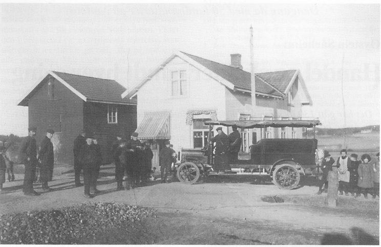 «Rist meg hjem» - Nøtterøys første rutebil utenfor Helgesens butikk på Stangeby. Sjåføren er Nils Olsen og bussegutten Søren Sørensen. Fotoet er fra 1911.