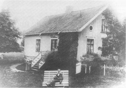 Olaf Knudsen i sin have på Svensrød. Kvinnen nederst ved trappen antas være hans mor Gunhild Mathea, som flyttet til sin sønn på Torød.