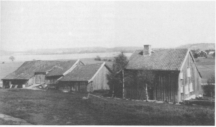 Første gårdbruker i matrikkelen for Nøtterøy er Helge Smitzrød. Dette er Østre Smidsrød mens gårdsanlegget ennå var intakt. Uthusene ble revet og framhuset flyttet til Vestfold fylkesmuseum i 1940. (Nøtterøyhuset) (Foto riksantikvaren ca. 1920)