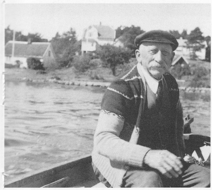 """Oscarsen på sine eldre dager Som pensjonist og hobbyfisker. I bakgrunnen Duken der han """"bodde"""" hele sitt liv. Bildet er utlånt av Inger Liv Pedersen."""