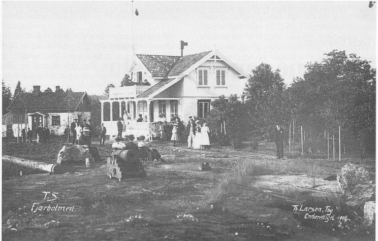 Postkort fra 1910. Fjærholmen med huset til Karl og Matea er blitt samlingssted for Tønsberg seilforening. Til venstre Steinhytta som den råsterke svensken Ingebret bodde i. Utlånt av Karin Fyksen.
