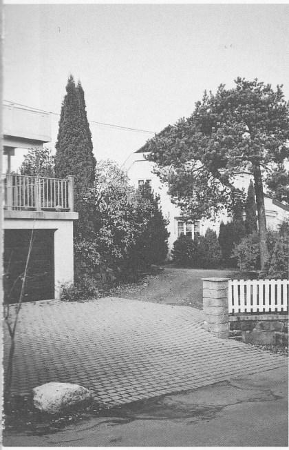 Foto av stedet der steinen ble funnet, like bak portstolpen Øvre Smidsrødvei 1b. Foto: Svein Hermansen.