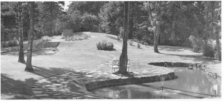 Minneparken anlagt av herredsgartner Ole Eugen Schjes vold. Legg merke til at dammen har form som en hval. (Postkort Mittet utlånt av Karin B. Fyksen.)