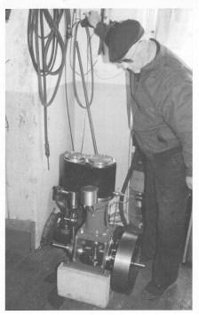 Harald Halvorsen med sin hjemmelagede dampmaskin. (Foto utlånt av Ragnar Aasland.)