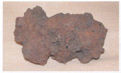 En klump jernslagg fra ildstedområde F. (Foto: Eli Ulriksen.)