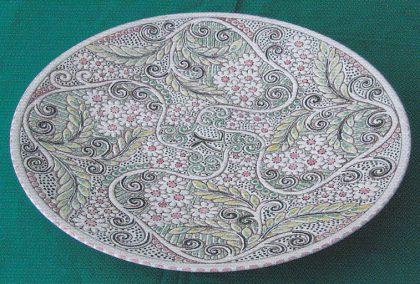 Fat i skrapeteknikk ca. 40 cm. i diameter: Dekorert av Else Falkeng. (Foto: Svein Hermansen)