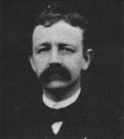 Skolemester Oluf Nielsen i et utsnitt av et klassebilde fra før 1906. (Utlånt av Roar Lauritsen)