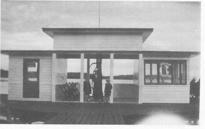 """En av """"manndomsprøvene"""" for Teie-gutter var å stupe fra det øverste taket på pumpehuset på Teglverket. Det lå ytterst på den midtre brygga og var også et samlingssted for ungdom på søndager i 1940-50-årene. (Foto utlånt av Reidun Evensen)"""