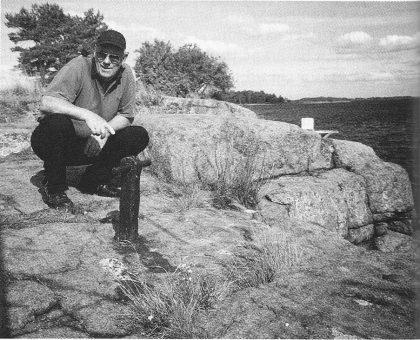 Per Alf Hansen ved gammel fortøyningspåle i fjellet i Knarberg. (Foto: Tor Bjørvik)