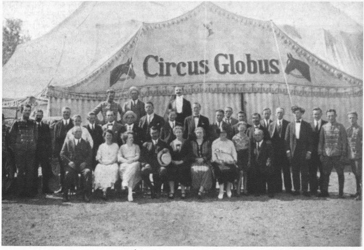 Cirkus Globus med hele personalet. Årstall ukjent. (Fra boken Spillet med døden av J. B. Gasmann.)