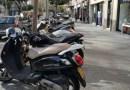 La vorera nord de la via Júlia s'omple de motos aparcades
