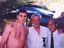 Esteban, a la derecha, posando en Malibú con el futbolista Vieri y el periodista Juanjo Fernández de Oviedo.