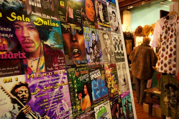 Carteles de las actuaciones musicales albergadas por la sala. Foto: Joan Costa
