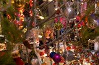Unas de las vendedoras mira a través de un árbol de Navidad. Foto: Joan Costa