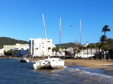 Los barcos varados en s'Arenal han amanecido mucho más inclinados y cerca de la orilla debido al temporal. Foto: D. Ventura