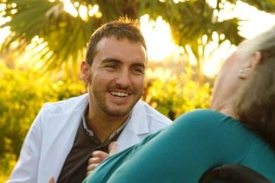 Un miembro del personal sanitario con una de las residentes.