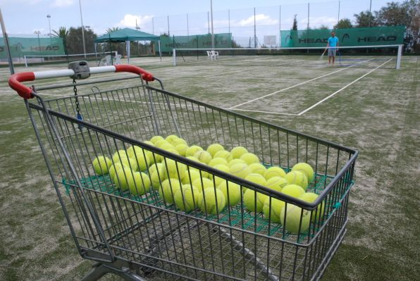 S'ha col·locat gespa artificial específica per a la pràctica de tennis amb una altura no superior als tres mil·límetres.