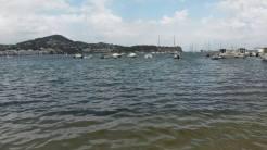 El agua marrón, este mediodía, en la playa de Talamanca.
