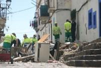 Los operarios limpiando ya las casas desocupadas en Sa Penya.