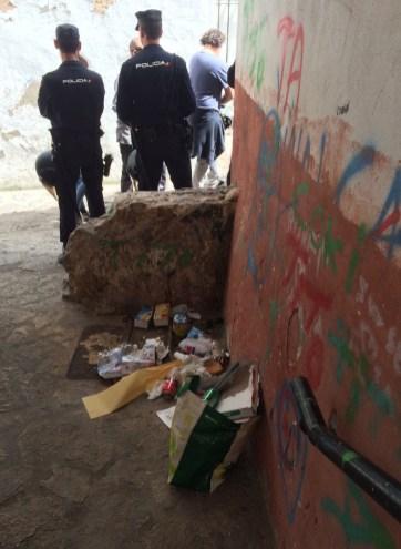 Los Policías Nacionales, llegados de Valencia, en una de las calles afectadas.