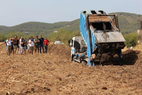 Visita a la finca on es tracten els llots de la depuradora de Santa Eulària per al seu ús agrícola.
