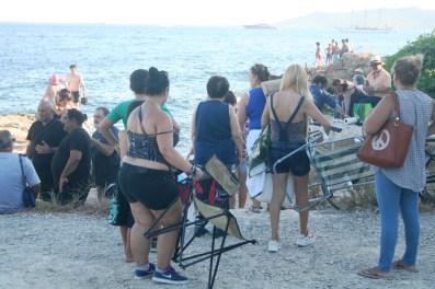 Varias personas buscan sitio junto a la zona de costa.