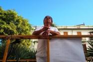El fotógrafo contempla la fachada del Hotel Montesol.