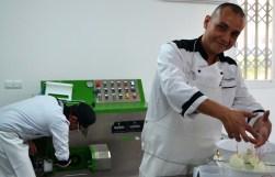 Los maestros queseros Carmine y Omar trabajan en el taller de Mozzarella Ibiza.