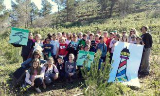 Cerca de 300 niños y niñas participaron en las actividades de reforestación de una zona de Cala Llonga.