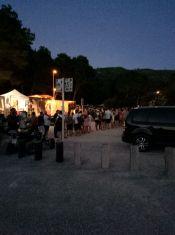 La larga cola para salir de Benirràs en autobús, este domingo, tras la fiesta de los tambores.