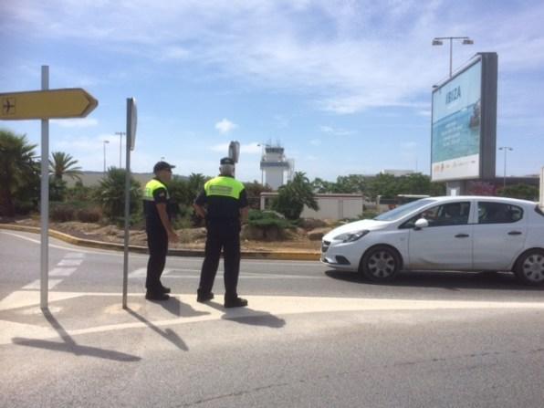 Dos inspectores de Tráfico en el acceso al aeropuerto de Ibiza. Foto: L.A.