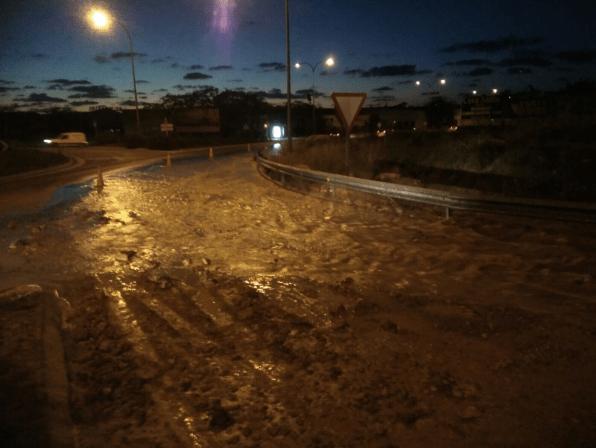 Imagen de la carretera de Sant Antoni inundada por la rotura de la tubería. Foto: Consell d'Eivissa