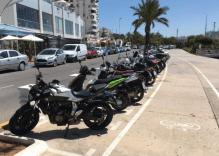 A lo largo del paseo marítimo hay un aparcamiento para motocicletas.