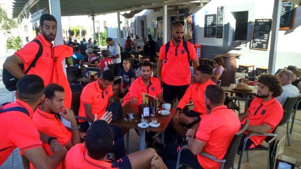 Los jugadores de la SD Formentera en la plaça de Sant Francesc.