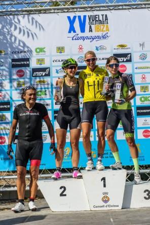 El podio femenino con Anna Jordens, que se hizo con la victoria de la primera etapa , el maillot de líder, seguida por Raquel Lisbona (Corriol) a tan solo quince segundos y por Sandra Heredero (Cicles Vic) Foto: Jon Izeta