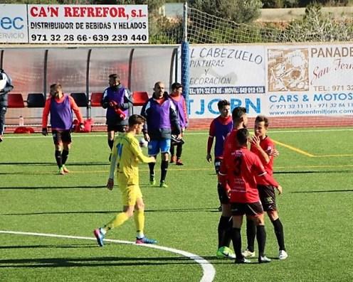 Los jugadores del Formentera celebran la victoria tras el pitido final