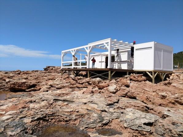Instalación de un chiringuito sobre las rocas en Cala Gració.