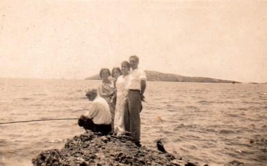 Mis padres de solteros, con familiares y amigos, pasando el día junto al mar de los Molinos. Principio de la década de 1930. Foto familiar.