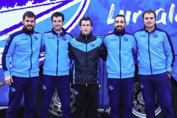 Iván Gómez, segundo por la derecha, posa junto con el staff técnico del Alavés B.