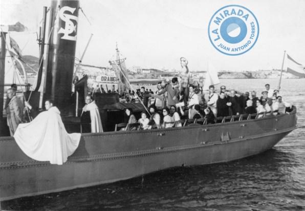El remolcador 'Salinas' llevando a la Virgen del Carmen en la procesión marinera de la ciudad de Eivissa. Década de 1960. Colección Hermano Luis-Juan Antonio Torres.